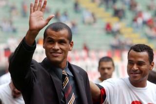 Загримированный Ривалдо сыграл в футбол с болельщиками