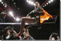 Чемпион UFC Макгрегор попытался выбить телефон у фаната