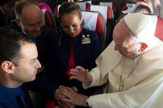 Папа Римский обвенчал пару на борту самолета
