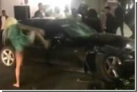 Блондинка в купальнике выбила ногой окно машины и попала на видео