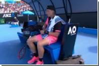Теннисист обессилел и не смог снять кожуру с бананов