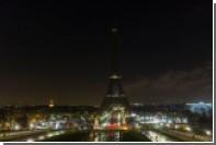 На Эйфелевой башне погасят огни в память о жертвах теракта в Кабуле