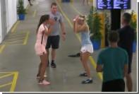 Теннисистки странным образом разыграли бутылку воды