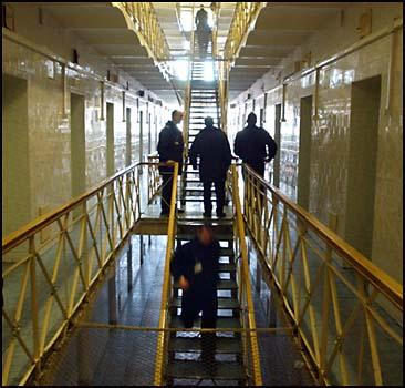 70 зеков сбежали из тюрьмы через центральный вход