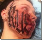 Татуировщик после знакомства наколол своё имя на лице девушки. Фото