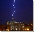 После отречения Папы в купол собора Святого Петра ударила молния. Фото