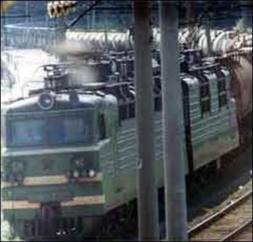 В Мариуполе поезд сбил мужчину в красном платье