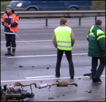 Маршрутка с пассажирами влетела в опору моста. Фото