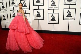Пользователи интернета сравнили платье Рианны с мочалкой и тортом