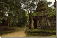 Две сестры из США устроили в храме Камбоджи обнаженную фотосессию