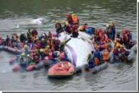 В крушении самолета на Тайване погибли 12 человек