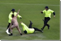 Голый болельщик прервал матч Кубка мира по крикету