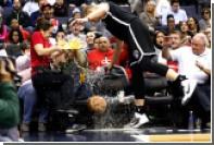 Игрок НБА в ходе игры сбил разносившую пиво официантку