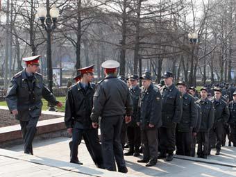 Участники прокремлевских движений бросались окорочками в милиционеров