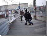 """Активисты """"Другой России"""" повалили часть забора на Триумфальной площади"""