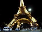 Туристов вывели с Эйфелевой башни из-за угрозы взрыва
