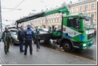 Столичные эвакуаторы сообщили в полицию об оставленном в машине ребенке