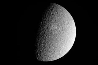 Cassini получил самые четкие снимки второй по величине луны Сатурна