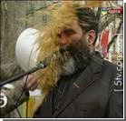 Лидера партии на сцене облили… фекалиями! Фото