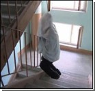 Самоубийца уже сутки висит на лестничной клетке!