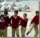 Индийским школьницам платят за посещение занятий