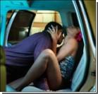 Влюбленная парочка предалась страсти в чужой машине