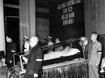 Российским ученым дали вьетнамские ордена за сохранение тела Хо Ши Мина