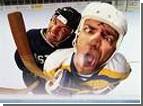 Тренер финской хоккейной сборной лбом помял заветный трофей. Видео