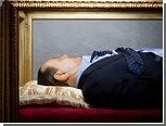 """В Риме установили стеклянный саркофаг с """"трупом"""" Берлускони"""