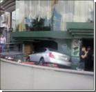 """СМИ: ГАИ пыталось """"поменять"""" номера авто, въехавшего в пиццерию"""