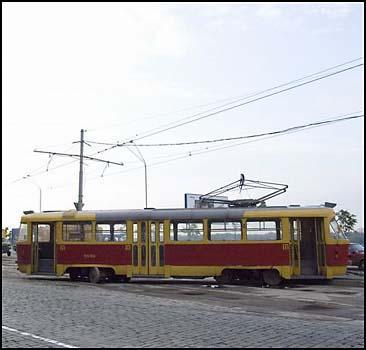 Киевский трамвай сошел с рельс. ФОТО