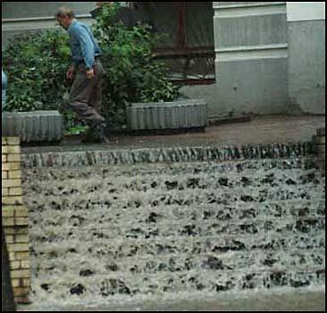 Водный смерч прошелся по Киеву. Шокирующие ФОТО
