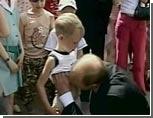Путин приподнял на мальчике футболку и поцеловал его в живот
