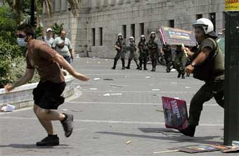 Греческие студенты защищают свое право оставаться вечными