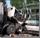 В Киеве грузовик смял троллейбус. Фото