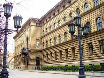 Сейм Латвии урезал пенсии и зарплаты чиновников