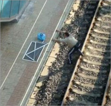 В Донецке мужчина взял штурмом перрон на вокзале. Видео