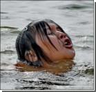 Мужчина учил плавать дочь, связав ей руки и ноги. Фото