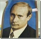 Россияне в знак протеста заплевали ковер с изображением Путина