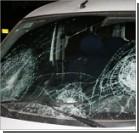 Женщина забросала камнями машины и облила помоями милицию