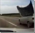 У автомобиля Lada сдуло капот прямо на трассе