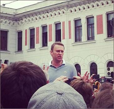 """Навальный прибыл в Москву на """"заминированный"""" вокзал. Фото"""