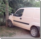 "Водитель ""Фиата"", убегая от гаишников, разбил их авто. Фото"