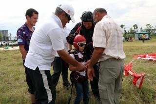 Пятилетний сын главы Ингушетии совершил прыжок с парашютом