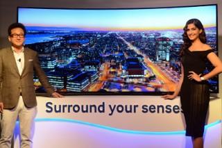 Samsung начнет в августе продажи изгибающегося телевизора