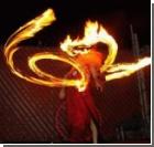 Мастерство танца с огнем превращается в завораживающее опасное шоу (фото)