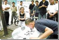 Китайский житель рисует иероглифы языком