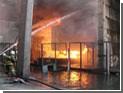 На горящем заводе в Донецке продолжают греметь взрывы