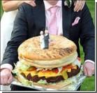 Американцы заменили свадебный торт гигантским чизбургером. Фото