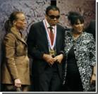 Легендарному боксеру вручили медаль Свободы. Фото